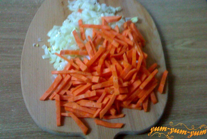 Нарезаем лук и морковь для соте