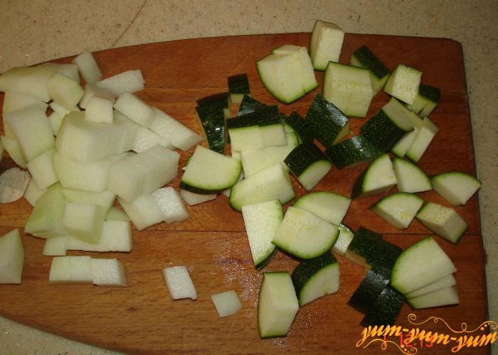 режем цукини для лагмана с мясом