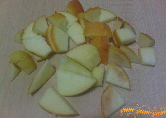 режем яблоки для пудинга