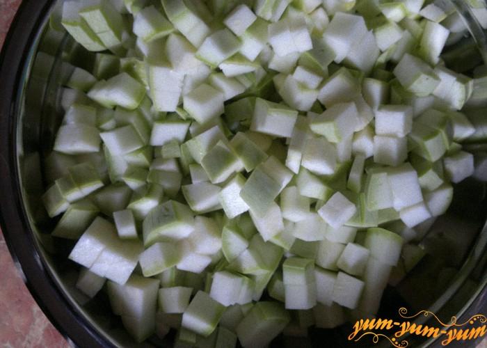 нарезать кабачки кубиками для рагу из кабачков и картофеля
