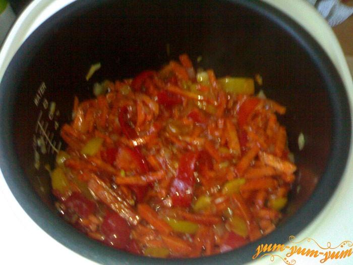 Обжариваем лук морковь и помидоры для соте из баклажанов