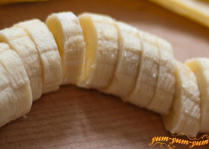 режем банан для десерта из вишни