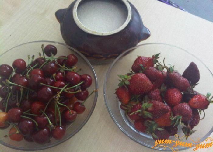 сахар, клубника и черешня для напитка