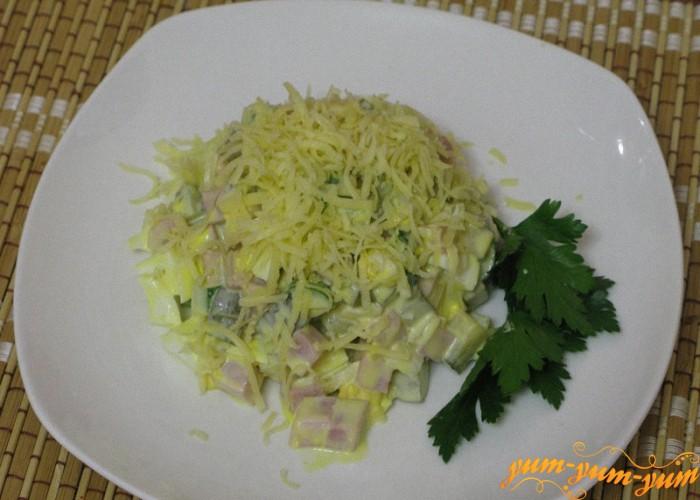 Готовый салат с ветчиной и огурцами подаем на стол