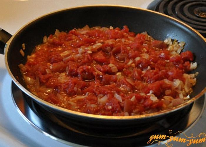 добавляем томат в лук для супа