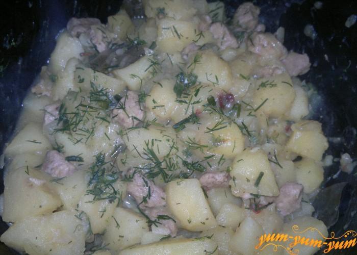Тушеный картофель со свининой готов