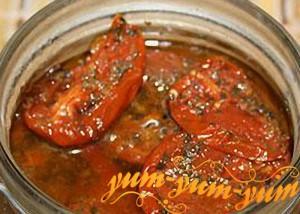 заливаем вяленые помидоры маслом