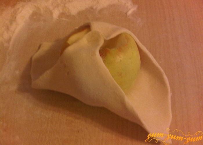 заворачиваем яблоко в слоеное тесто