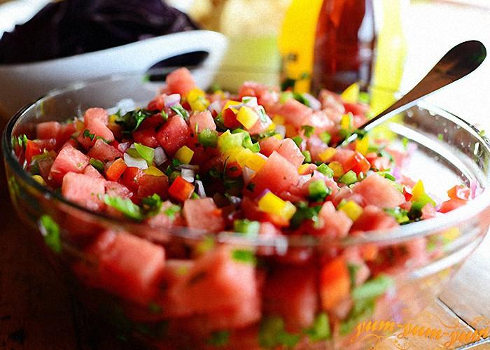 арбузный салат перемешать