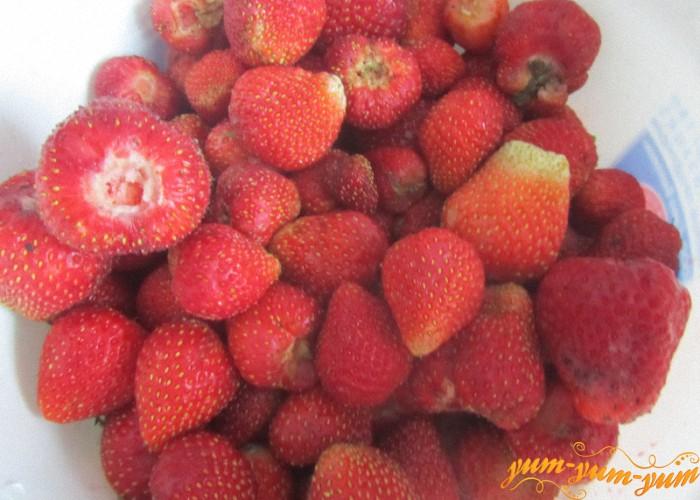 берем целые ягоды клубники