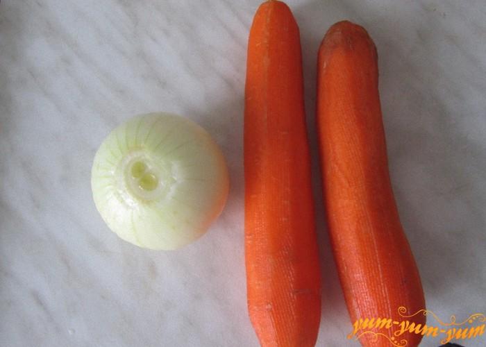 берем лук и морковь