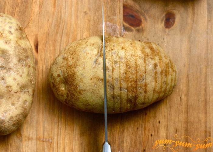 делаем в картофеле продольные разрезы