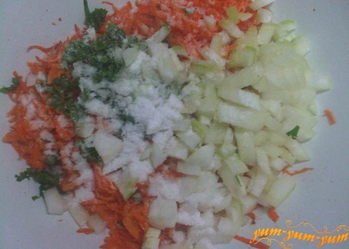 добавляем лук и соль