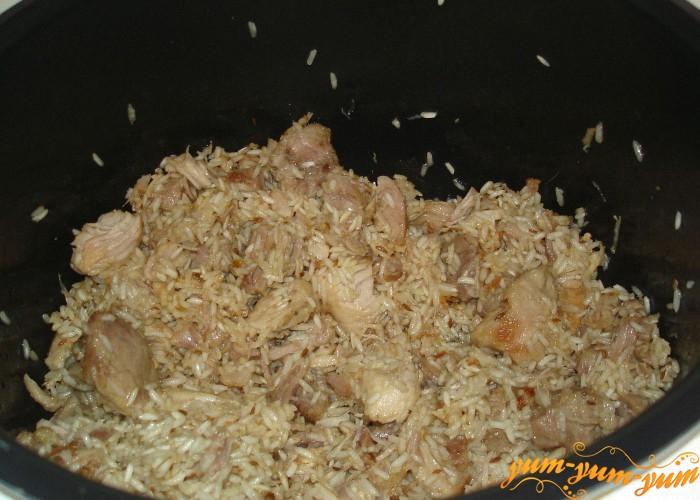 добавляем рис к обжаренному мясу