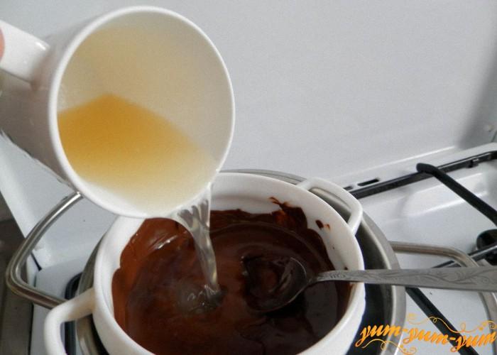 добавляем желатин в шоколадную смесь