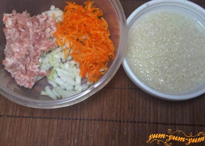 фарш смешиваем с луком и морковью