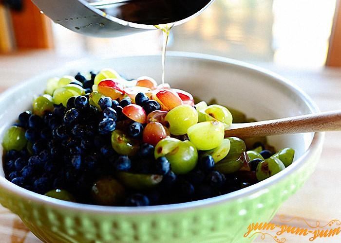 фрукты заливаем охлажденным сиропом