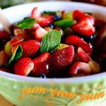 фруктовый салат с виноградом и черникой готов