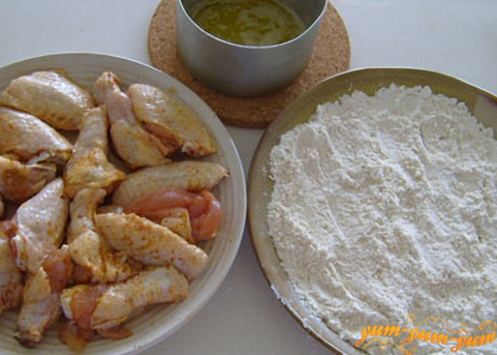 готовим панировку из муки и сухарей