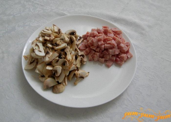 грибы дольками, ветчина кубиками