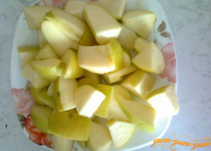 яблоки режем средними кусочками