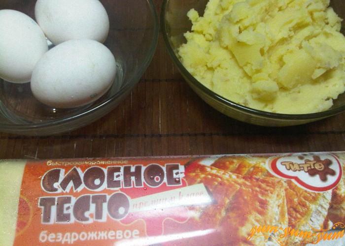 картофельное пюре, тесто и яйца