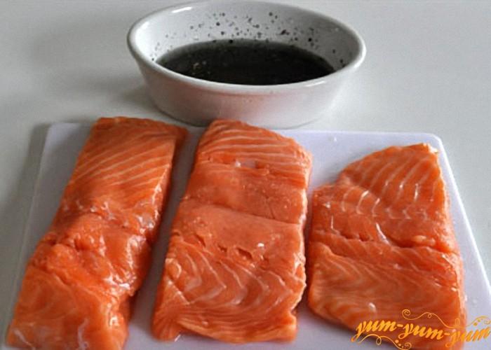 филе лосося режем кусочками и готовим соус