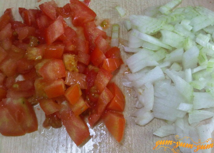 лук и помидоры мелко режем