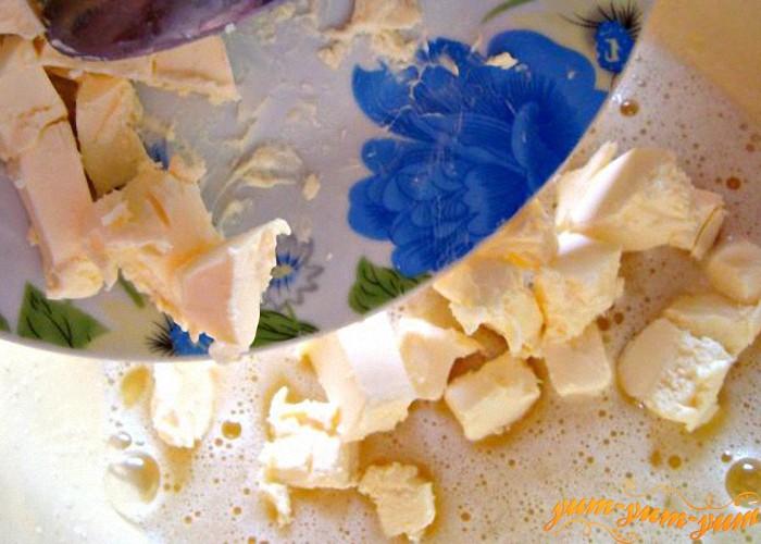 масло добавляем к взбитым яйцам