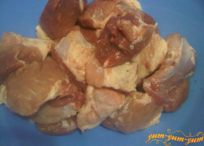 мясо нарезаем средними кусочками