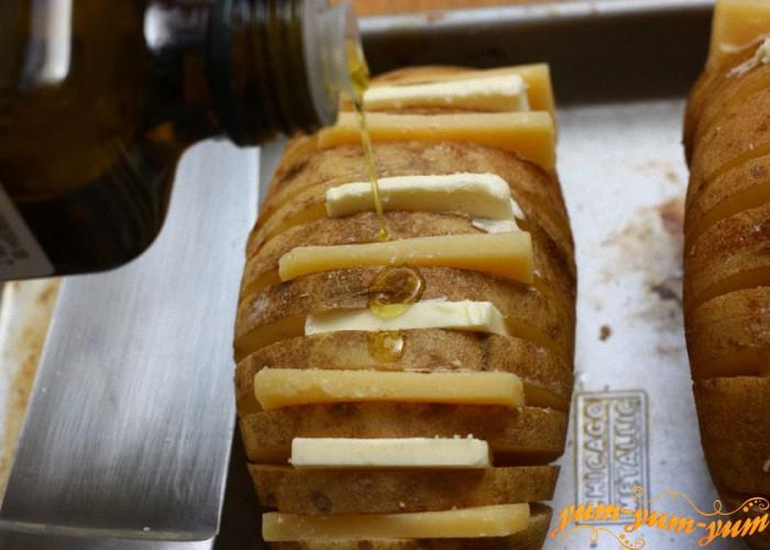 наполняем надрезы сыром и сливочным маслом