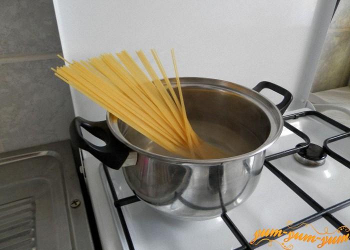 отвариваем макароны в горячей воде