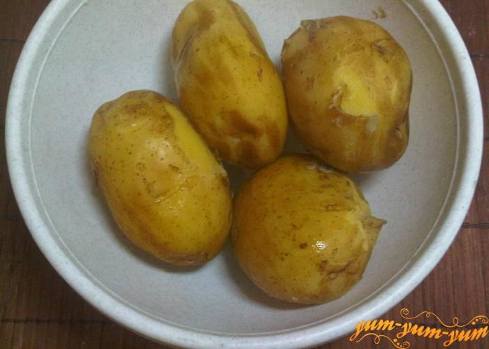 Отвариваем картофель для приготовления котлет