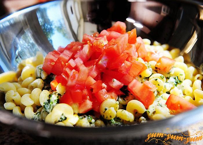 перемешиваем макароны с овощами
