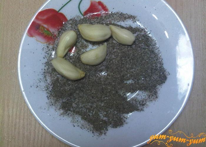 подготовим черный перец, чеснок и соль