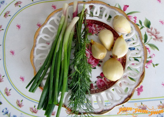 подготовим чеснок, лук и зелень