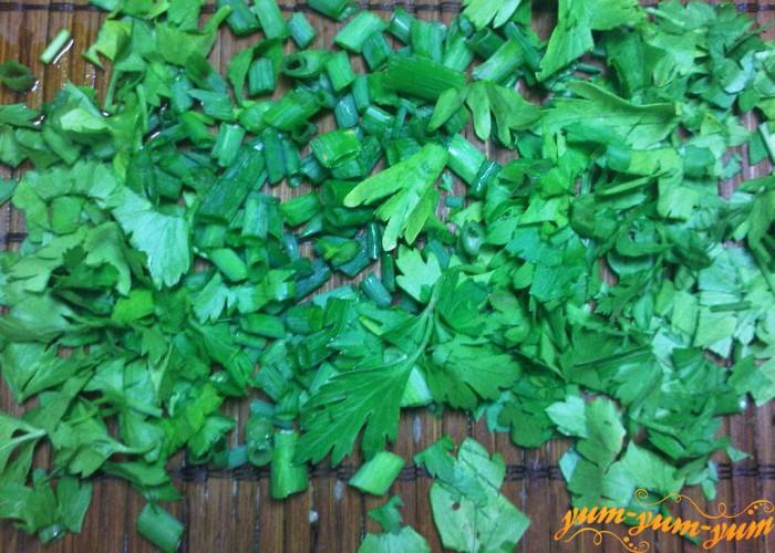 режем мелко петрушку и зеленый лук