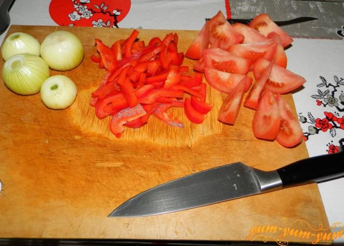 режем помидоры перец и лук