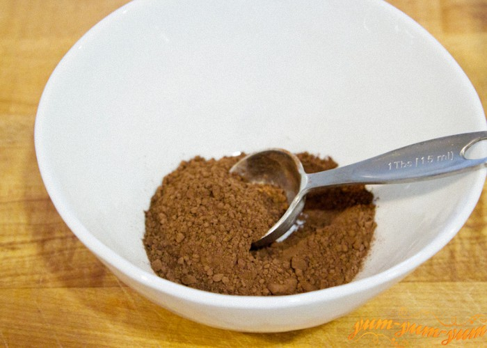 смешиваем какао и ванильный сахар