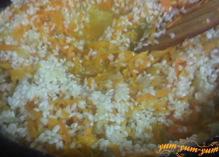 смешиваем рис, морковь и лук