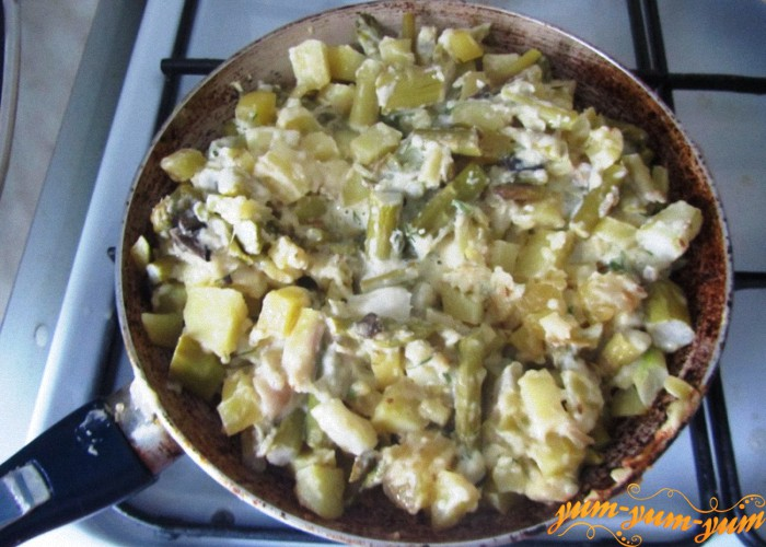 смешиваем спаржу и картофель
