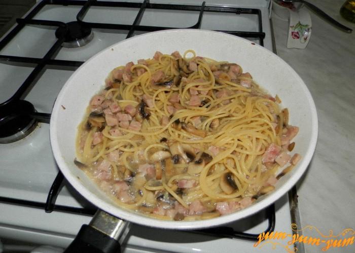 спагетти добавляем в сковороду