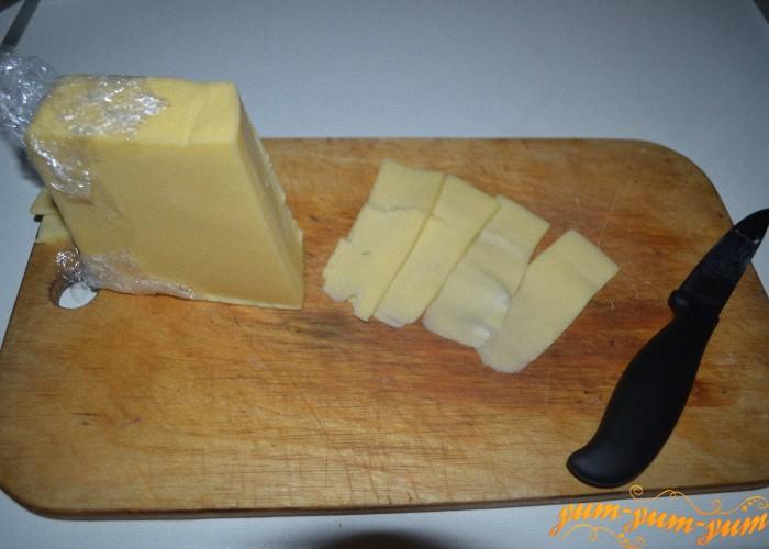 сверху выкладывем кусочки сыра