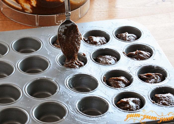 тестом наполняем формы для кексов