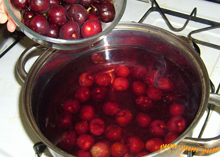выкладываем ягоды в теплый сахарный сироп