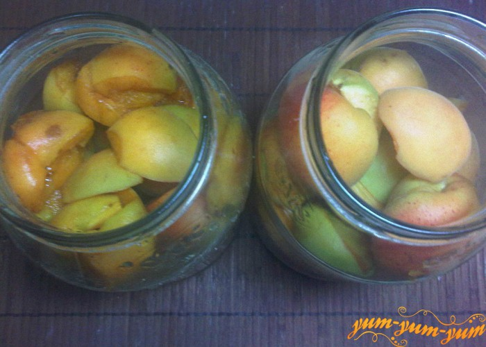выкладываем абрикосы в банки