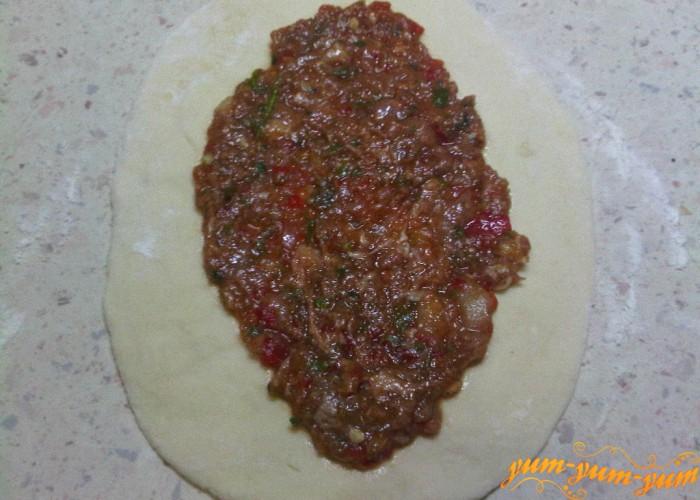 выложить мясную начинку для теста