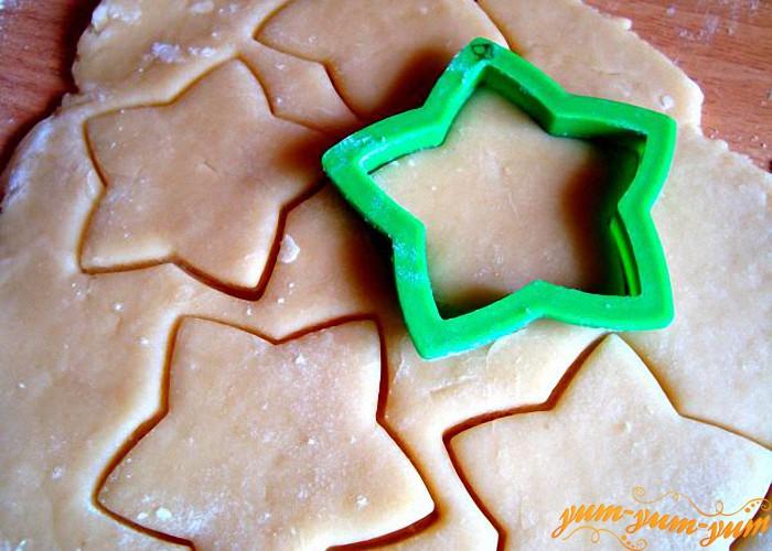 вырезаем из теста форму печенья