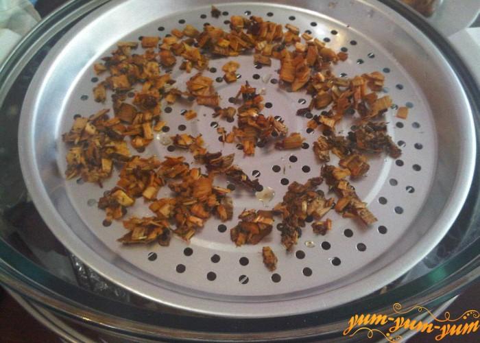 ставьте посуду с опилками или щепой сверху