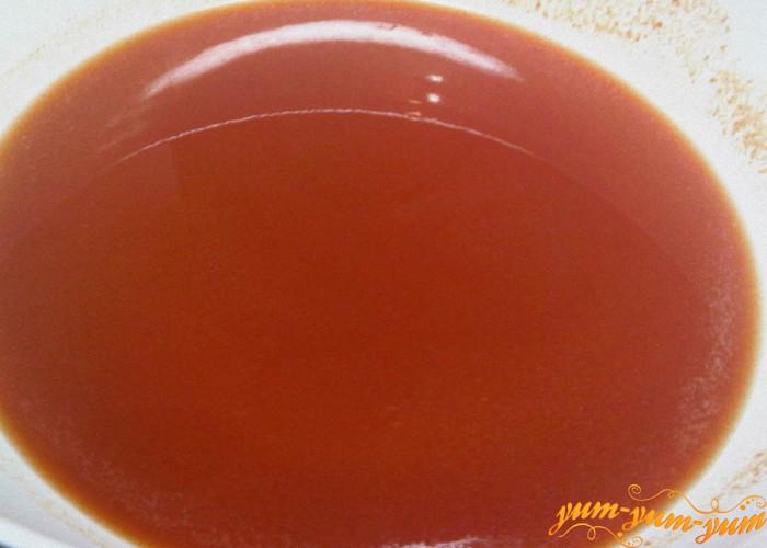 заливаем горячим томатным соком